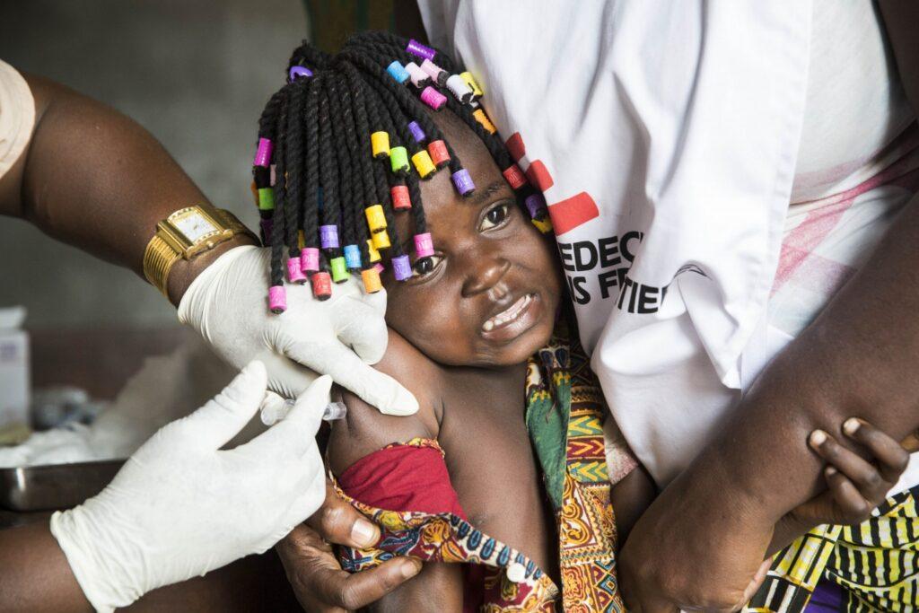 Et barn blir vaksinert